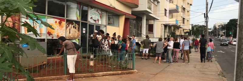 The line for the ice cream shop next to our apartment is Vedado